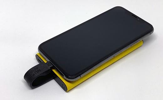 重ねてiPhoneを充電